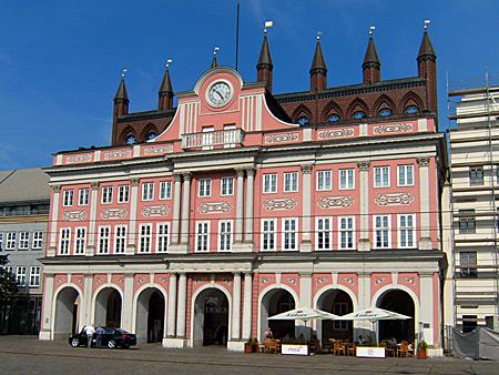 Auf diesem Bild sieht man das Rostocker Rathaus.