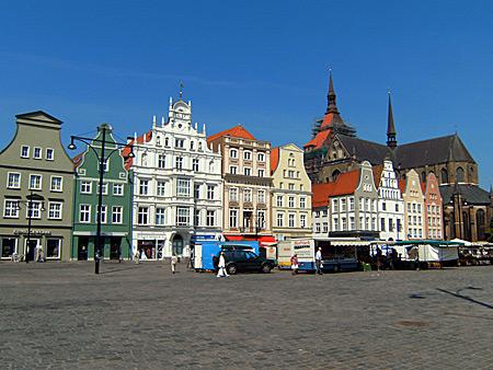 Auf diesem Bild sieht man den Marktplatz von Rostock, eine der vielen Sehenswürdigkeiten Rostocks.